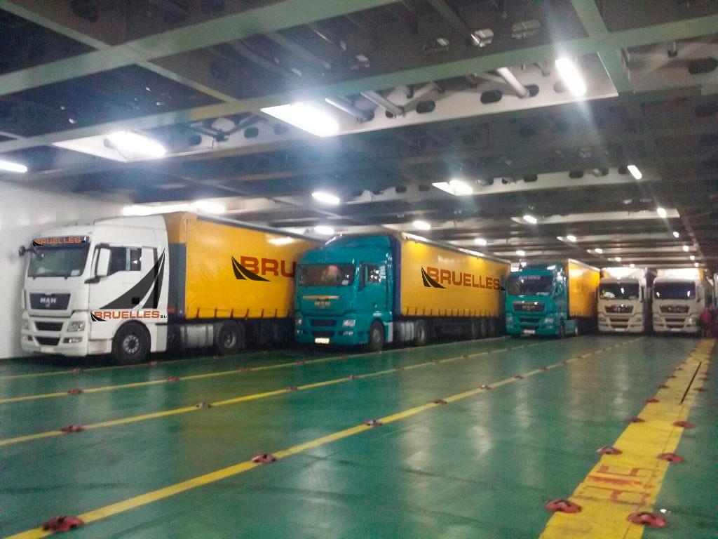 Camiones de Bruelles dentro del barco